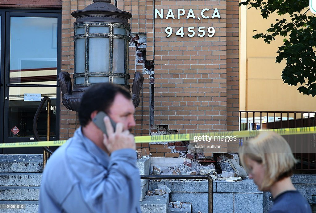 Pedestrians walk by the damaged Napa post office following a reported 6.0 earthquake on August 24, 2014 in Napa, California. A 6.0 earthquake rocked the San Francisco Bay Area shortly after 3:00 am on Sunday morning causing damage to buildings and sending at least 70 people to a hospital with non-life threatening injuries.