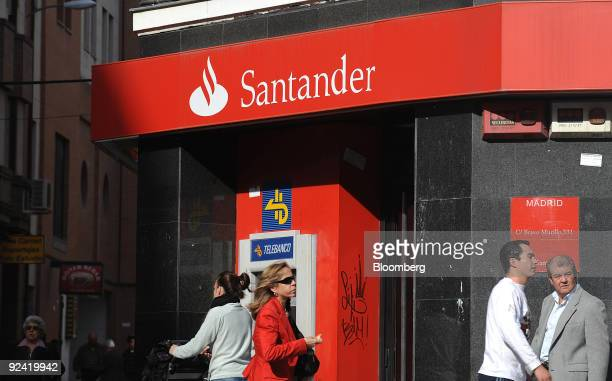 Pedestrians walk past a branch of Banco Santander in Madrid Spain on Wednesday Oct 28 2009 Banco Santander SA Europe's secondbiggest lender by market...