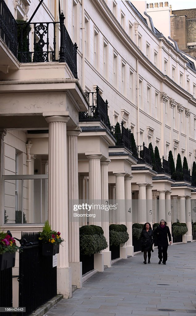 Pedestrians walk past residential property on Grosvenor Crescent in the London area of Belgravia, in London, U.K., on Thursday, Nov. 15, 2012. London luxury homes won't rise in value next year for the first time since 2008 as proposals to extend property transaction taxes deter buyers, Jones Lang LaSalle Inc. said. Photographer: Chris Ratcliffe/Bloomberg via Getty Images