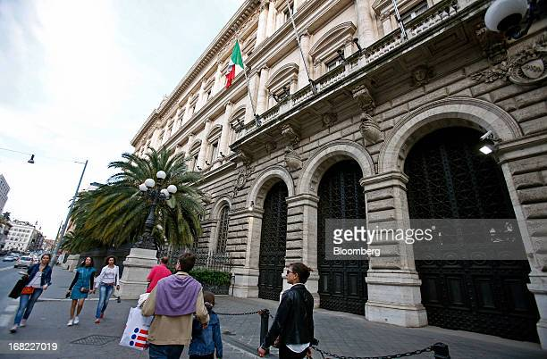 Pedestrians walk past the Banca D'Italia Italy's central bank in Rome Italy on Sunday May 5 2013 Italian banks' corporate loan book will worsen this...