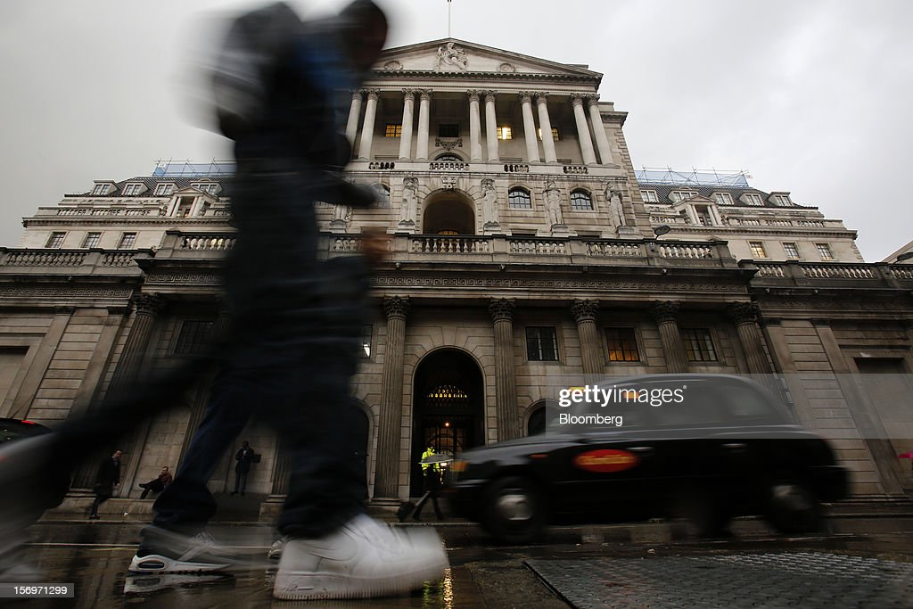 Pedestrians walk past the Bank of England (BOE), in London, U.K., on Friday, Nov. 23, 2012. Bank of Canada Governor Mark Carney was unexpectedly appointed as the next head of the Bank of England, succeeding Mervyn King. Photographer: Simon Dawson/Bloomberg via Getty Images