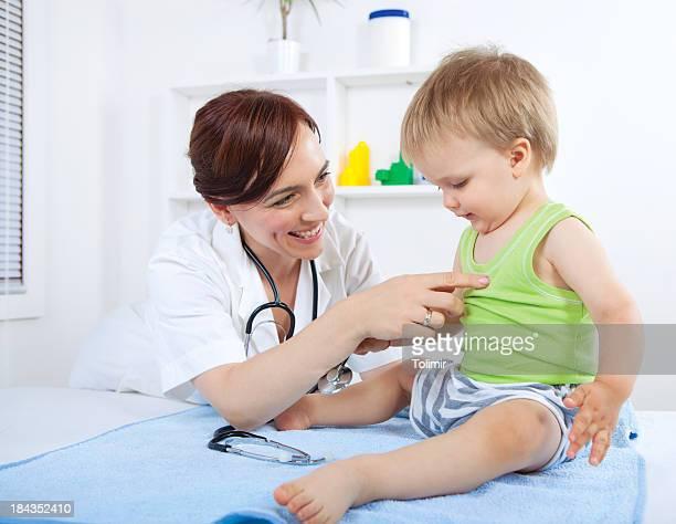 Kinderarzt und baby