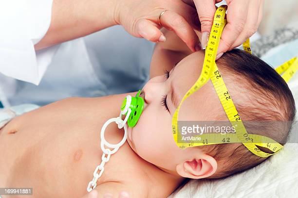 Pédiatre mesure de bébé s head