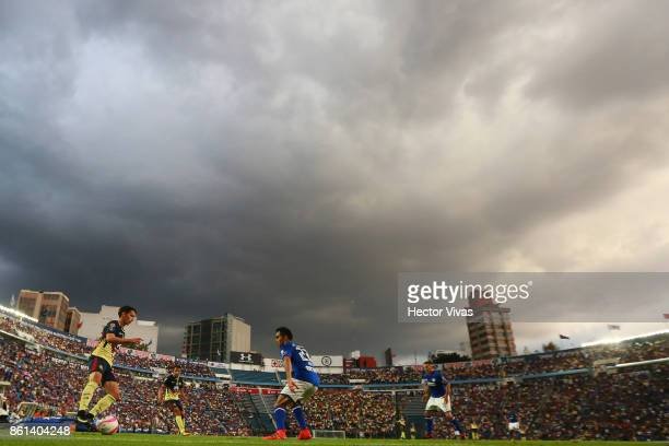 Pedro Arce of America controls the ball during the 13th round match between Cruz Azul and America as part of the Torneo Apertura 2017 Liga MX at Azul...