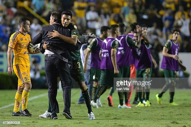 Pedro Caixinha coach of Santos celebrates with Sergio Ceballos of Santos after a quarterfinal second leg match between Tigres UANL and Santos Laguna...
