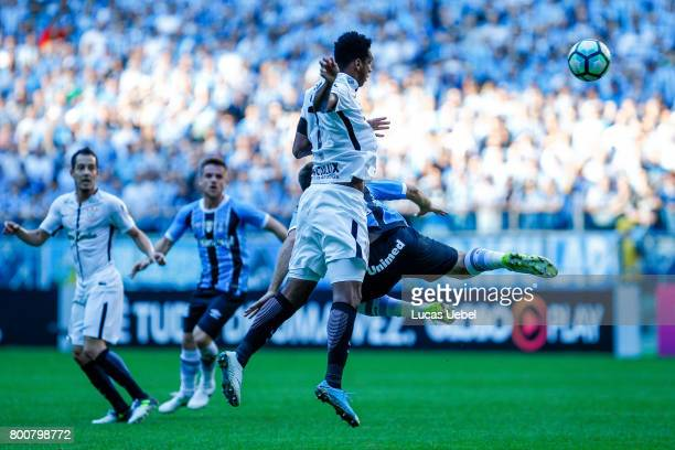Pedro Geromel of Gremio battles for the ball against Jo of Corinthians during the match Gremio v Corinthians as part of Brasileirao Series A 2017 at...