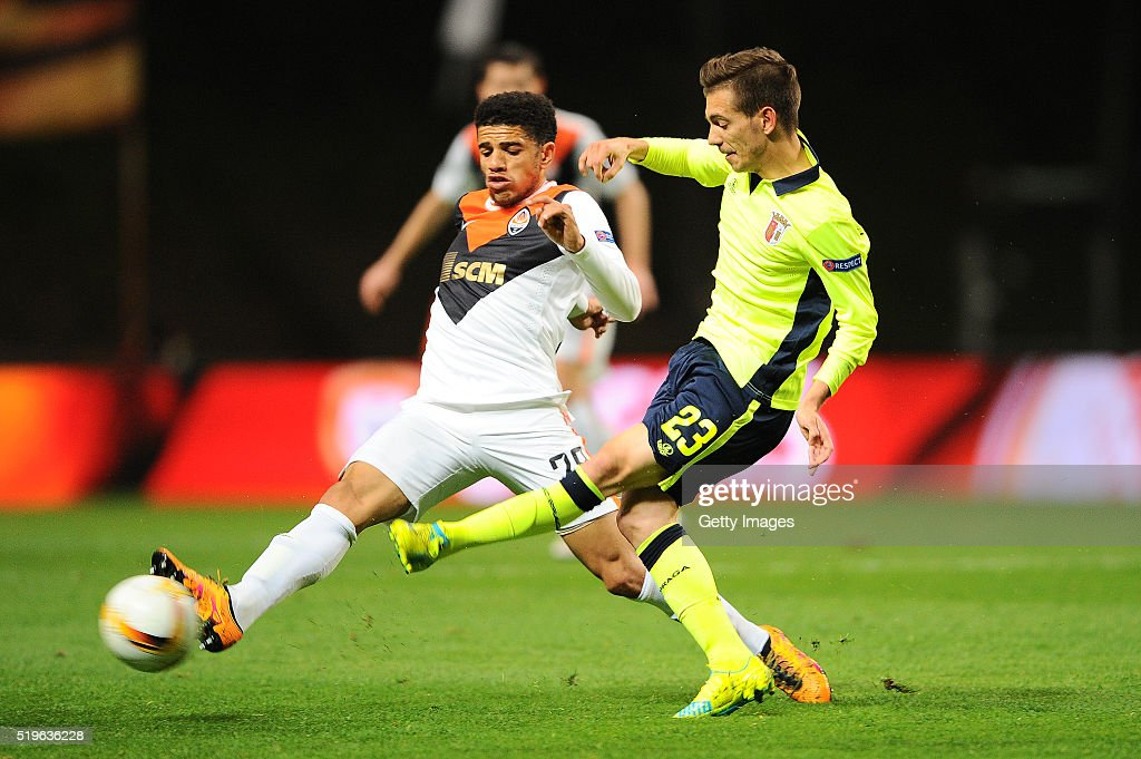 Pedro Santos of SC Braga challenges <a gi-track='captionPersonalityLinkClicked' href=/galleries/search?phrase=Taison&family=editorial&specificpeople=5613080 ng-click='$event.stopPropagation()'>Taison</a> of Shakhtar Donetsk during the UEFA Europa League Quarter Final first leg match between SC Braga and Shakhtar Donetsk at the Estadio Municipal de Braga on April 7, 2016 in Braga, Portugal.