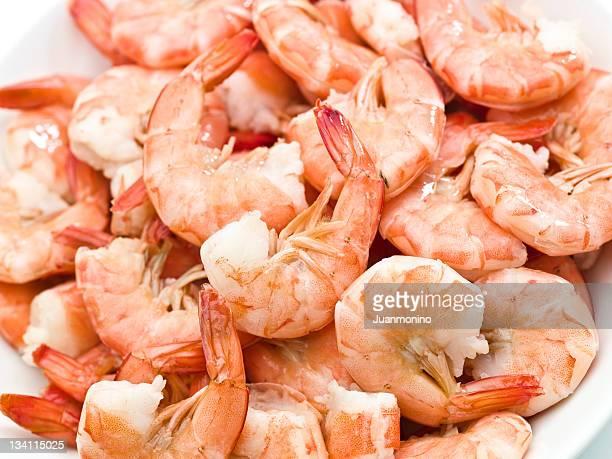 Peeling und Essen shrimps