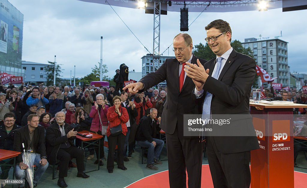 <a gi-track='captionPersonalityLinkClicked' href=/galleries/search?phrase=Peer+Steinbrueck&family=editorial&specificpeople=209110 ng-click='$event.stopPropagation()'>Peer Steinbrueck</a>, chancellor candidate of the German Social Democrats (SPD) (L), and SPD's candidate in Hesse Thorsten Schaefer Guembel address the audience during a campaign event on September 20, 2013 in Kassel, Germany. Germany is facing federal elections scheduled for September 22 and a wide spectrum of political parties is vying for votes.