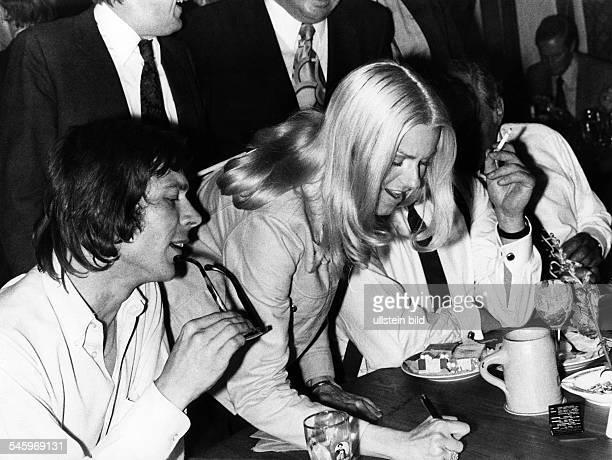 Peggy March *Saengerin USAgibt mit Reinhard Mey Autogramme1972