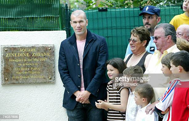 Former French football team captain Zinedine Zidane poses next to JeanClaude and Nicole Elineau 01 May 2007 in Pegomas southeastern France during the...