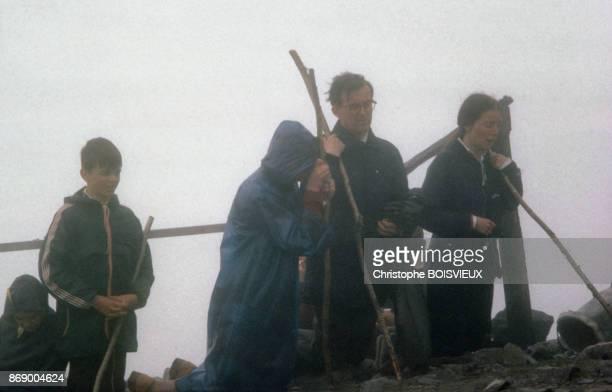 Pelerins sur le mont Croagh Patrick en l'honneur de SaintPatrick en Irlande
