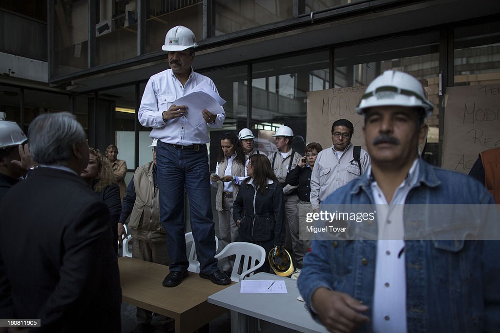 Pemex workers return to work to the administrative building of PEMEX on February 06, 2013 in Mexico City, Mexico. Over eight thousand workers return to work after a blast killed at least 37 people at the state-owned company´s headquarters last January 31 in Mexico City.