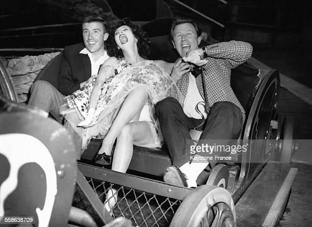 Pendant l'inauguration du Battersea Festival Gardens les acteurs Jacqueline Heigh Roy Castle et Michael Medwin sont pris d'un fou rire alors qu'ils...