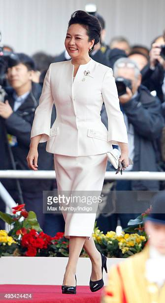 Peng Liyuan attends the Official Ceremonial Welcome for the Chinese State Visit on October 20 2015 in London England The President of the Peoples...