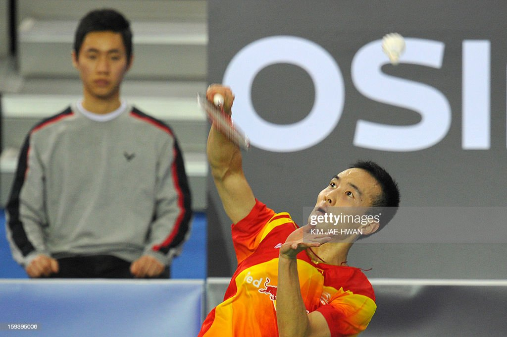 Pengyu Du of China (R) plays a shot during his men's singles badminton match against Lee Chong Wei of Malaysia during the finals of the Korea Open in Seoul on January 13, 2013.