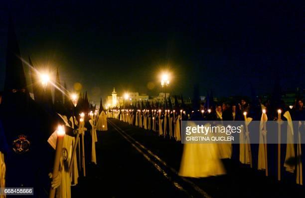 Penitents of 'La Esperanza de Triana' brotherhood parade during a Holy Week procession on April 14 2017 Compartir Fotografía de noticias Insertar...