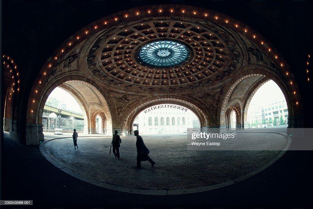 USA, Pennsylvania, Pittsburgh, travelers at Pennsylvania Station : Stock Photo