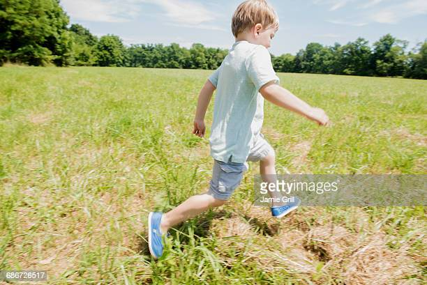USA, Pennsylvania, Washington Crossing, Boy (4-5) running on green field
