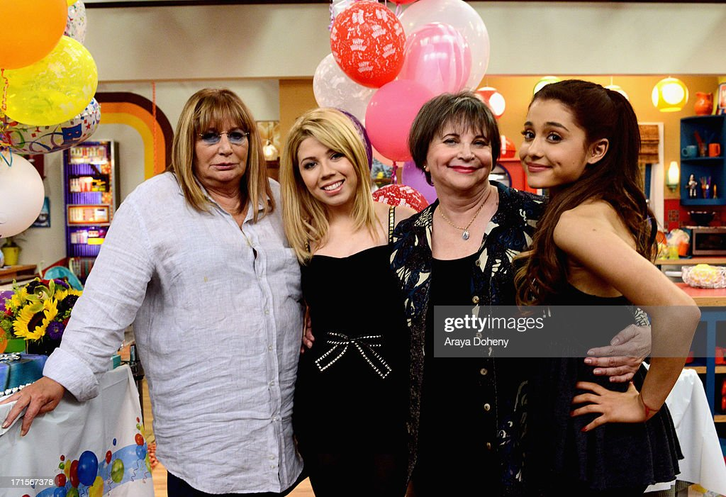 <a gi-track='captionPersonalityLinkClicked' href=/galleries/search?phrase=Penny+Marshall&family=editorial&specificpeople=202999 ng-click='$event.stopPropagation()'>Penny Marshall</a> and <a gi-track='captionPersonalityLinkClicked' href=/galleries/search?phrase=Cindy+Williams+-+Actress&family=editorial&specificpeople=213520 ng-click='$event.stopPropagation()'>Cindy Williams</a> make a guest appearance on Nickelodeon's Sam & Cat, starring <a gi-track='captionPersonalityLinkClicked' href=/galleries/search?phrase=Jennette+McCurdy&family=editorial&specificpeople=2851877 ng-click='$event.stopPropagation()'>Jennette McCurdy</a> and <a gi-track='captionPersonalityLinkClicked' href=/galleries/search?phrase=Ariana+Grande&family=editorial&specificpeople=5586219 ng-click='$event.stopPropagation()'>Ariana Grande</a> on June 26, 2013 in Los Angeles, California.