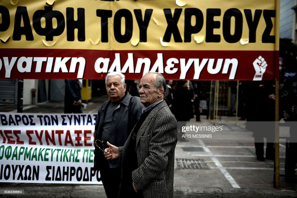 TOPSHOT - Pensioners participate at a demonstration in Athens, on February 4, 2016. Thousands of people marched across Greece on February 4, 2016 as diverse classes united in a crippling general strike over a pension overhaul that has sparked a major backlash against embattled leftist Prime Minister Alexis Tsipras / AFP / ARIS