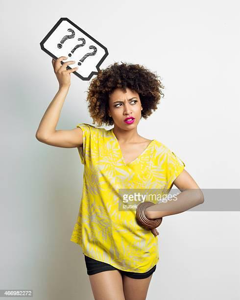Afro mujer pensativa con expresión de pensamiento