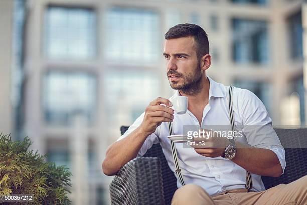 Nachdenklich Geschäftsmann Sie sich in der espresso Kaffee in einem Café.