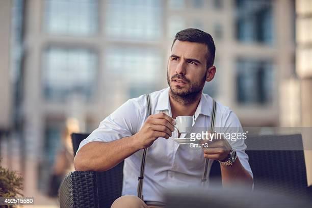 Nachdenklich Geschäftsmann auf einer Kaffeepause auf ein Café.