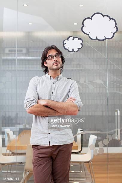 Pensoso uomo d'affari con bolla bolle sopra la testa
