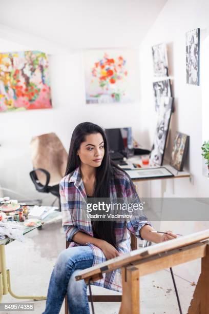 ワーク ショップで物思いにふける女性アーティスト