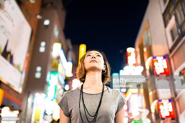 Uomo pensieroso giapponese donna godere di notti a tokyo