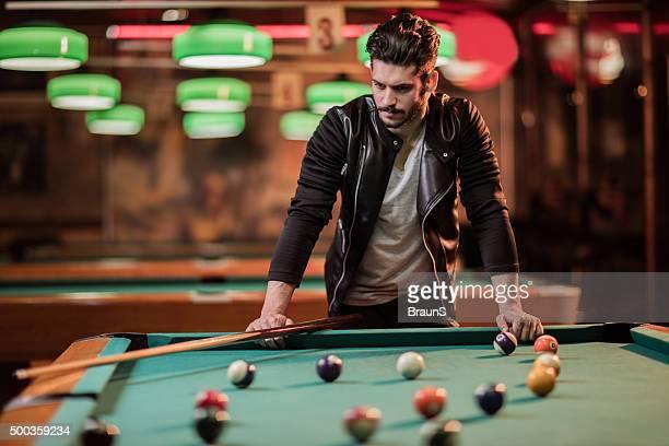 Nachdenklicher Mann auf einen pool-Tisch in der Halle.