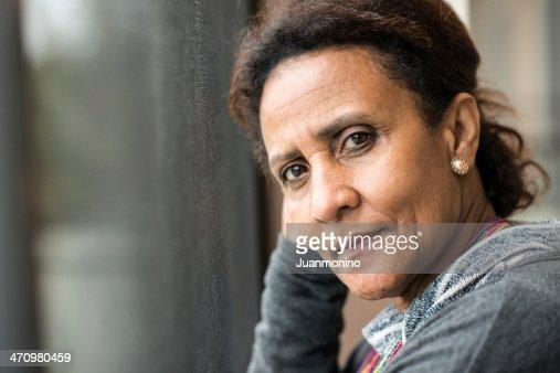 Nachdenklich Ältere Frau