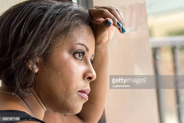 哀愁女性の窓辺