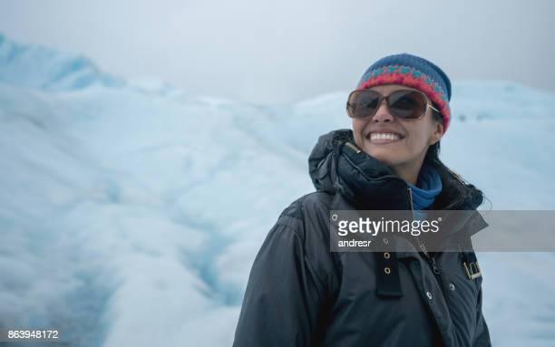 Nadenkend vrouw op een gletsjer