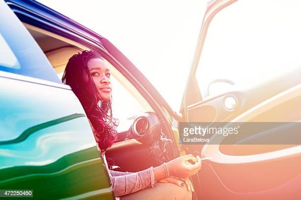 Pensativo Jovem mulher africana
