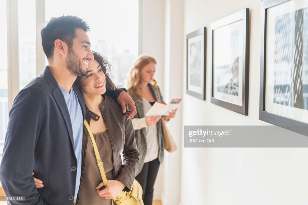 People admiring art in gallery : Stock-Foto