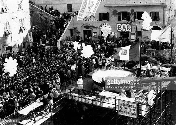People admiring the biggest pan in the world at the 25th Fish Festival The pan is four metres across and it has a six metres long handle Camogli 1976