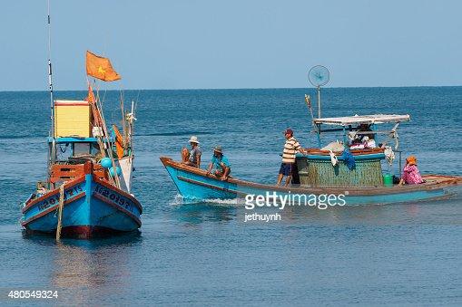 Movimiento de personas y los barcos de pesca en el puerto : Foto de stock