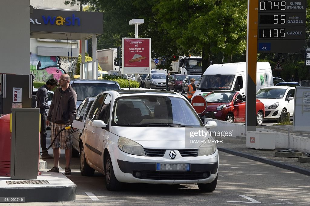 People are queuing to refuel their cars in a gas station in Rennes, western Franceon May 25, 2016 following the blockades of oil depot during protest against proposed government labour and employment law reforms. AFP PHOTO / DAMIEN MEYER With a fifth of petrol stations in France running low, police moved in to break a blockade at the depot of Douchy-les-Mines near the Belgian border that had been in place since Thursday. / AFP / DAMIEN