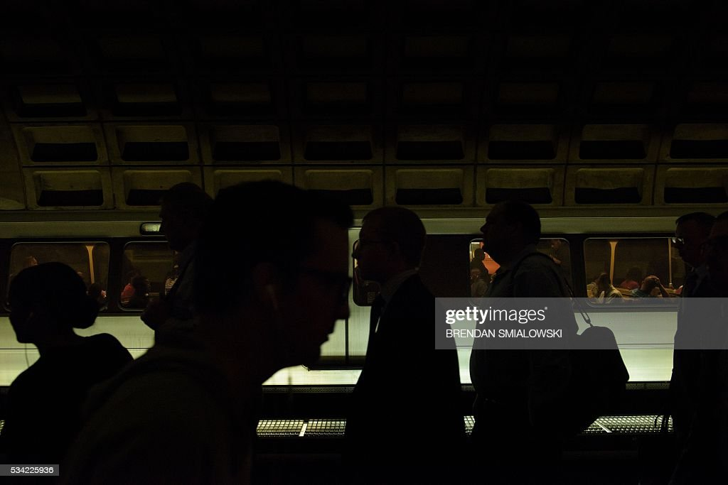 People are seen in the Chinatown Gallery Place in the Metro transit system May 25, 2016 in Washington, DC. / AFP / Brendan Smialowski
