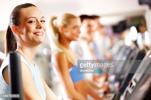 Personnes avec piste de jogging dans une salle de sport moderne