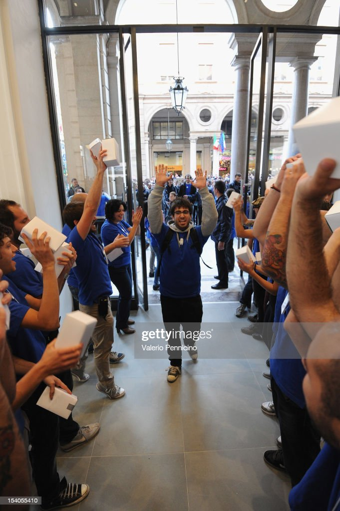 People are welcomed into the Turin Apple store during the grand opening of the Apple Store on October 13, 2012 in Turin, Italy. The new store is the second Apple Store to open in Turin.