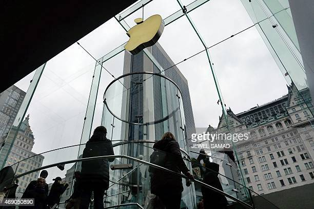 People arrive at an Apple store on Fifth Avenue in New York on April 9 2015 AFP PHOTO/JEWEL SAMAD