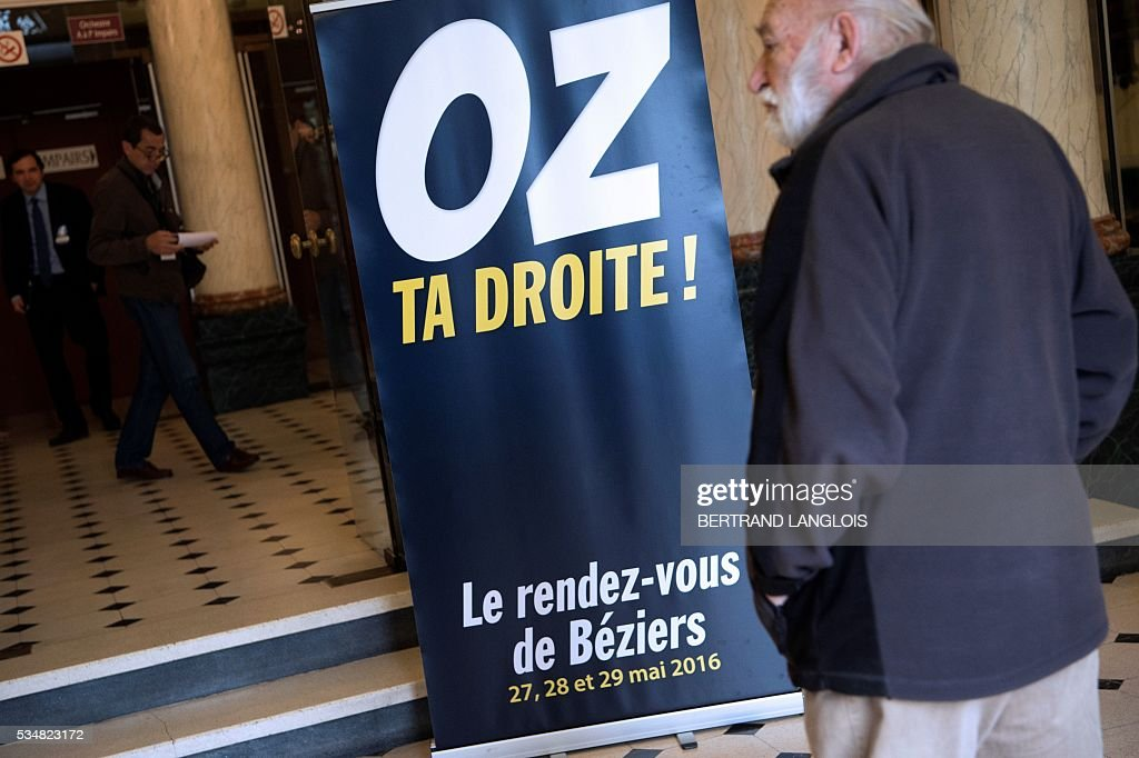 People arrive at the municipal theatre in Beziers, southern France, on May 28, 2016, to attend 'Le Rendez-vous de Beziers' political meeting of Beziers' mayor Robert Menard. Menard launched his own political movement 'Oz ta Droite'. / AFP / BERTRAND