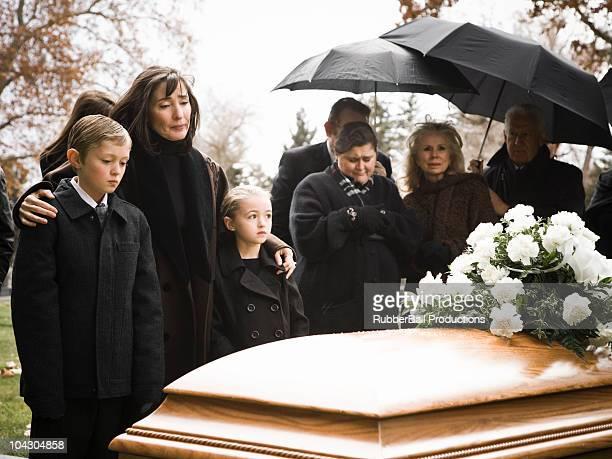 Menschen bei einer Beerdigung in einem Friedhof