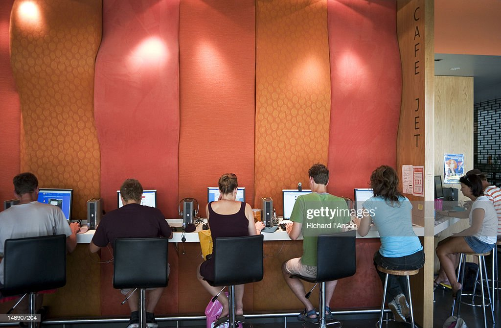 People at internet cafe at Canberra City YHA. : Stockfoto