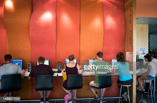 People at internet cafe at Canberra City YHA. : Foto de stock