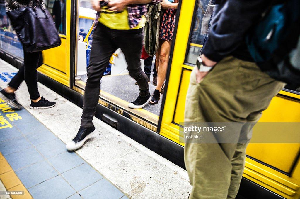 Personas en hora pico en el sistema de trenes de Sydney : Foto de stock