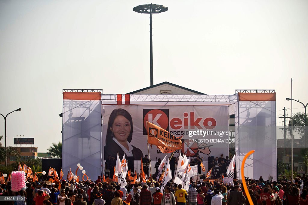 People attend Peruvian presidential candidate for the Fuerza Popular (Popular Force) party and daughter of imprisoned former Peruvian President (1990-2000) Alberto Fujimori, Keiko Fujimori's campaign rally in Lima on May 31, 2016. Fujimori leads the polls for next May 5 presidential elections in Peru. / AFP / ERNESTO